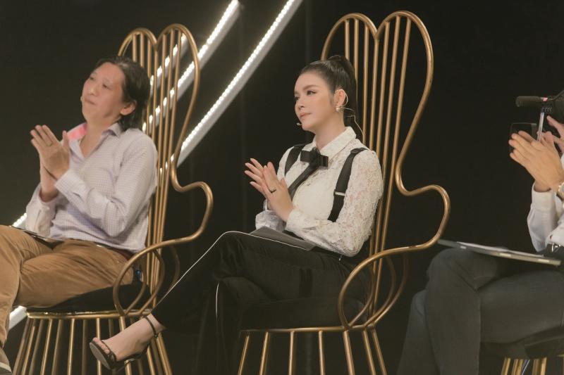 Lý Nhã Kỳ gợi cảm đọ dáng Đoan Trang, chứng minh sự khéo léo khi làm giám khảo 6