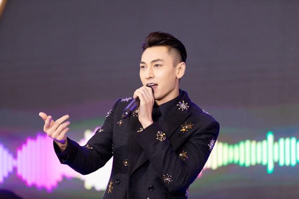 Ngoài ra, Isaaccòn hát tặng các fan ca khúc mới phát hành Cất em vào tâm tư. Đây là sản phẩm có đầu tư khủng mà nam ca sĩ đã kết hợp cùng Jun Vũ.