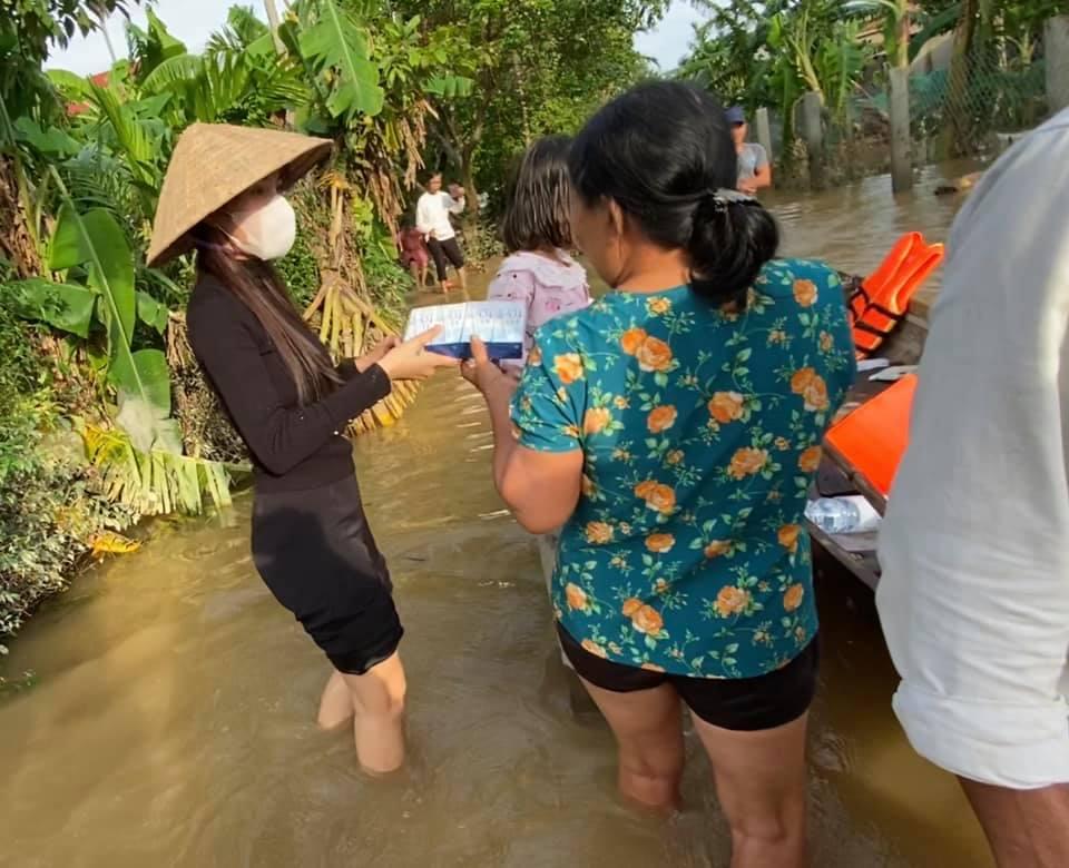 Một số hình ảnh đẹp của Thủy Tiên tại tâm bão miền Trung