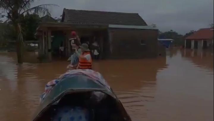 Nhóm người di chuyển vào khu vực nhà dân bị ngập