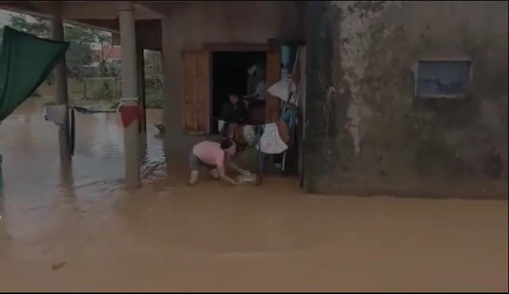 Tranh cãi hành động ném quà cứu trợ xuống nước của nhóm người từ thiện: Của cho không bằng cách cho 2