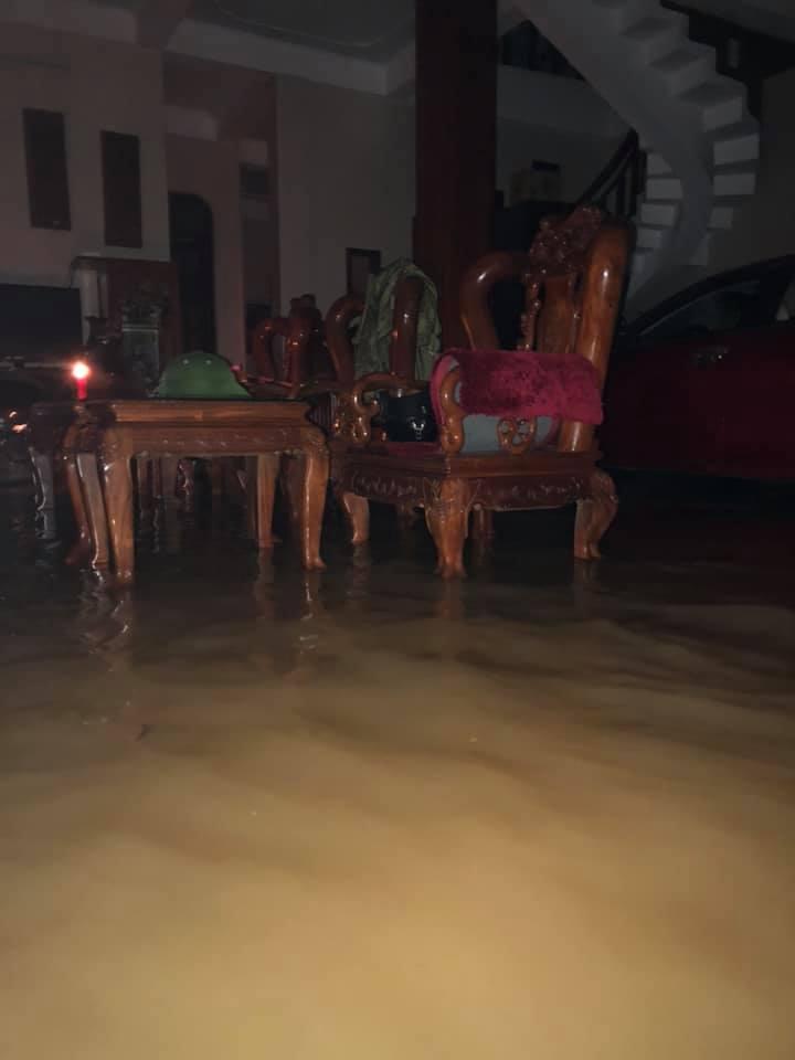 Quảng Bình chìm trong biển nước sau đêm mưa lớn, nhiều nơi bị cô lập 15