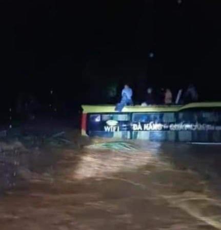 Xe khách bị lũ dữ cuốn trôi khi đến địa phận Quảng Bình.