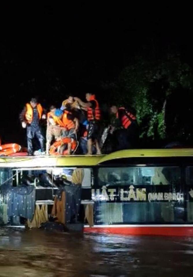 Nghẹt thở giải cứu thành công xe khách bị lũ xiết cuốn trôi vào rừng trong đêm 1