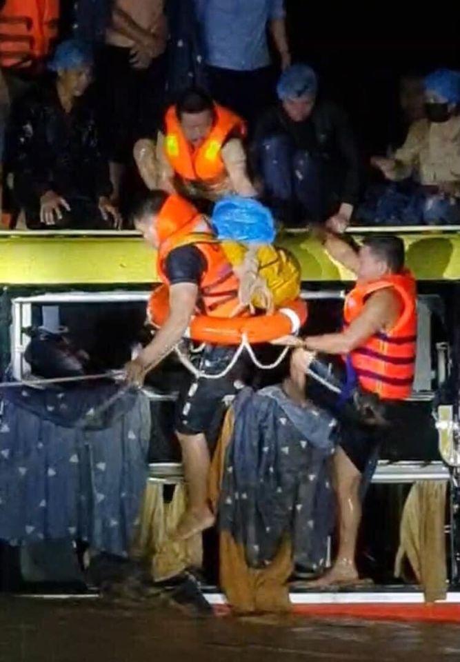 Đội cứu hộ tiếp cận được hiện trường, tiến hành giải cứu các hành khách.