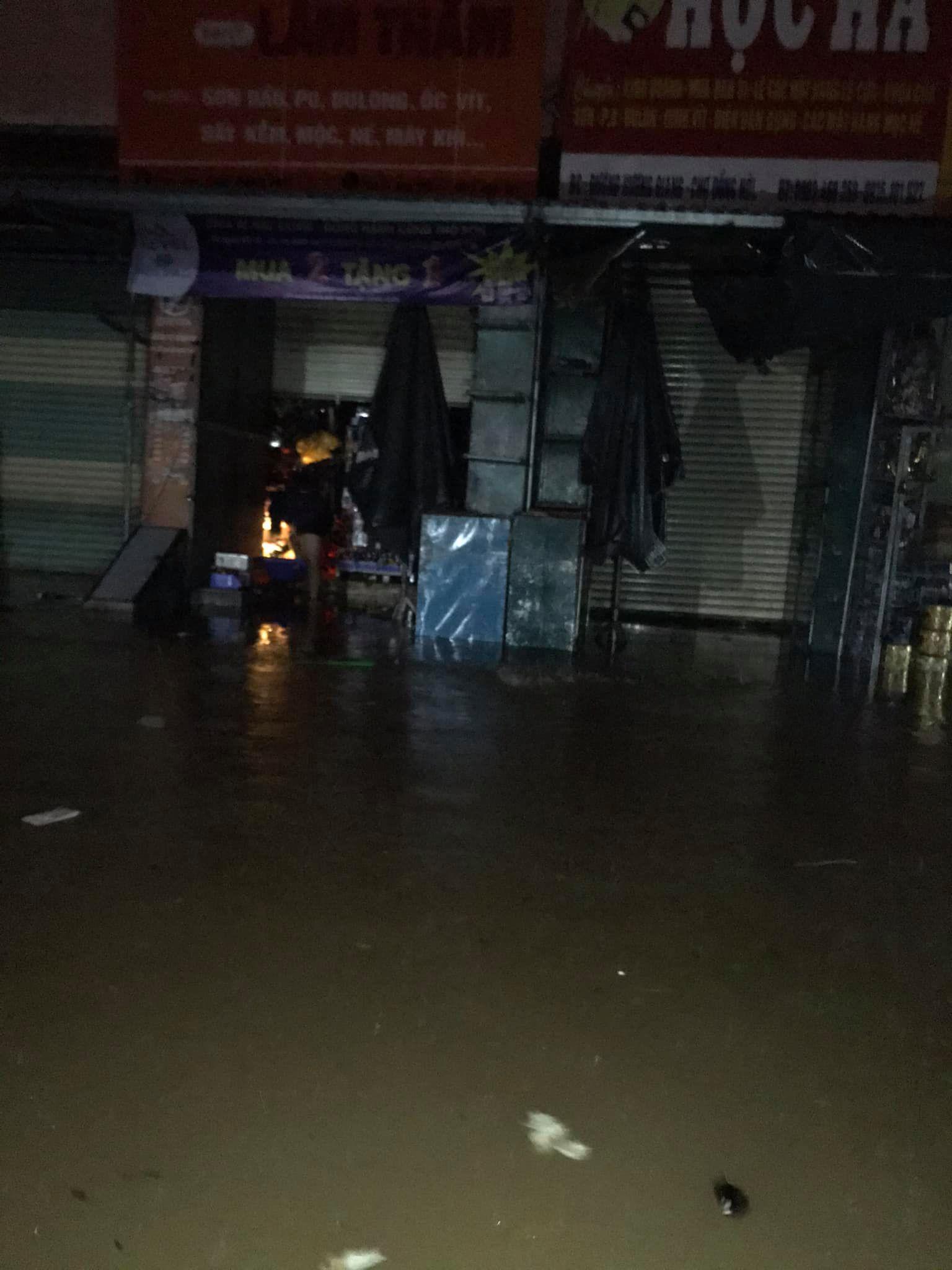 Quảng Bình chìm trong biển nước sau đêm mưa lớn, nhiều nơi bị cô lập 18