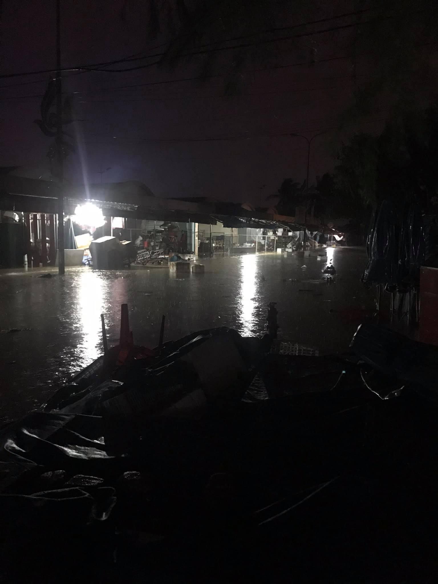 Chợ Đồng Hới nước ngập sâu