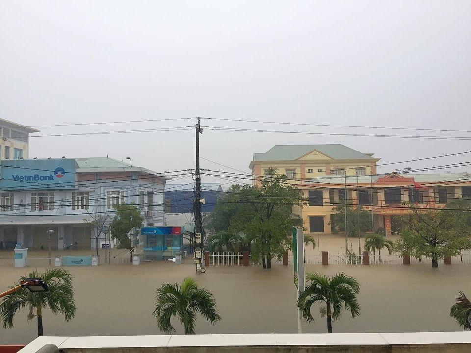 Quảng Bình chìm trong biển nước sau đêm mưa lớn, nhiều nơi bị cô lập 0