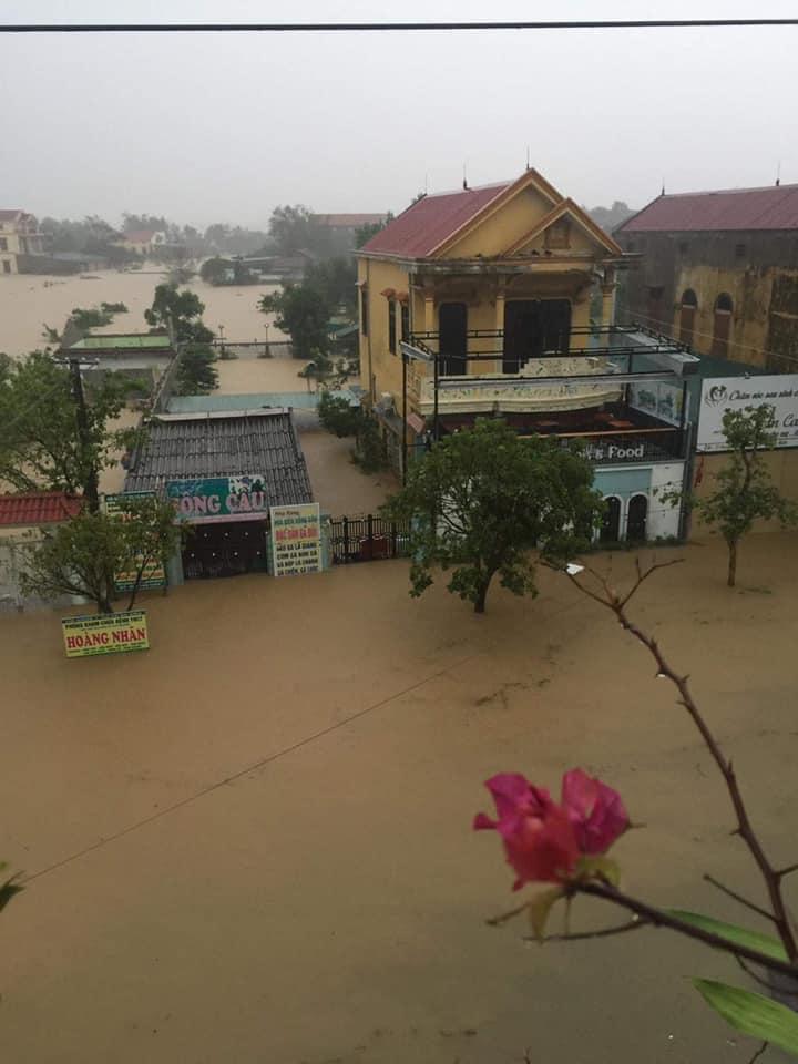 Quảng Bình chìm trong biển nước sau đêm mưa lớn, nhiều nơi bị cô lập 1