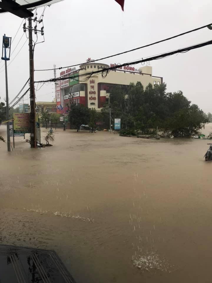 Quảng Bình chìm trong biển nước sau đêm mưa lớn, nhiều nơi bị cô lập 2