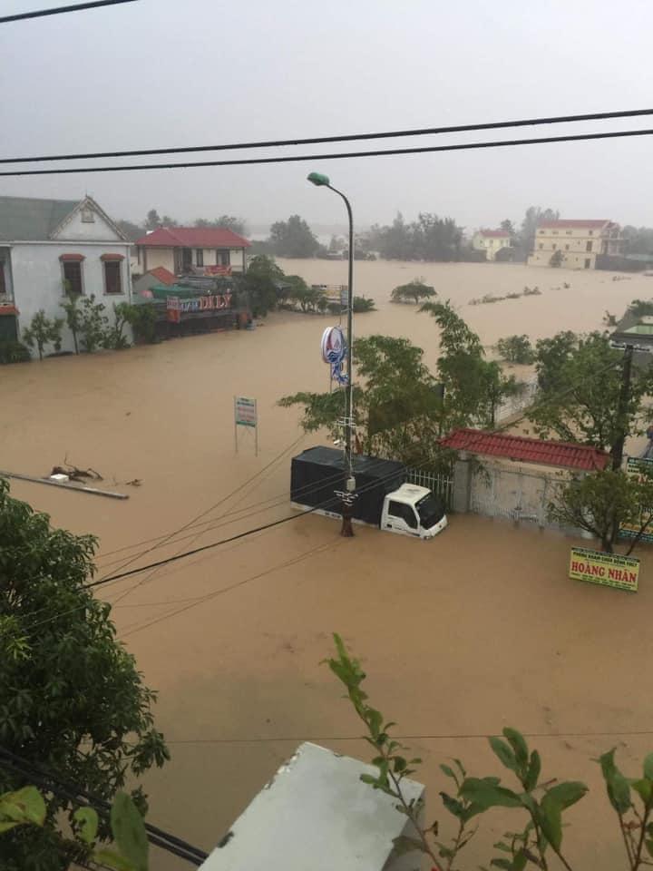 Quảng Bình chìm trong biển nước sau đêm mưa lớn, nhiều nơi bị cô lập 3