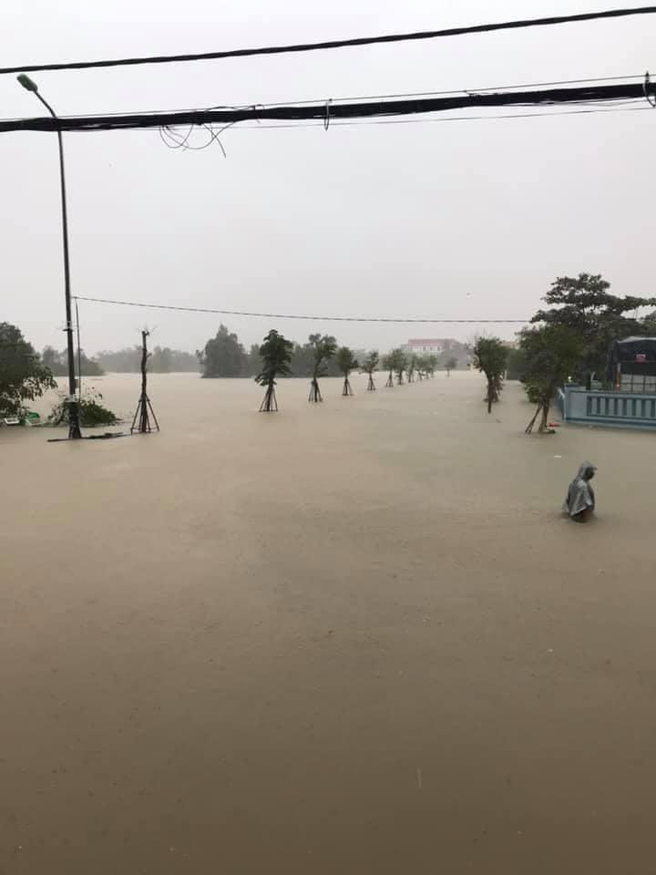 Quảng Bình chìm trong biển nước sau đêm mưa lớn, nhiều nơi bị cô lập 4
