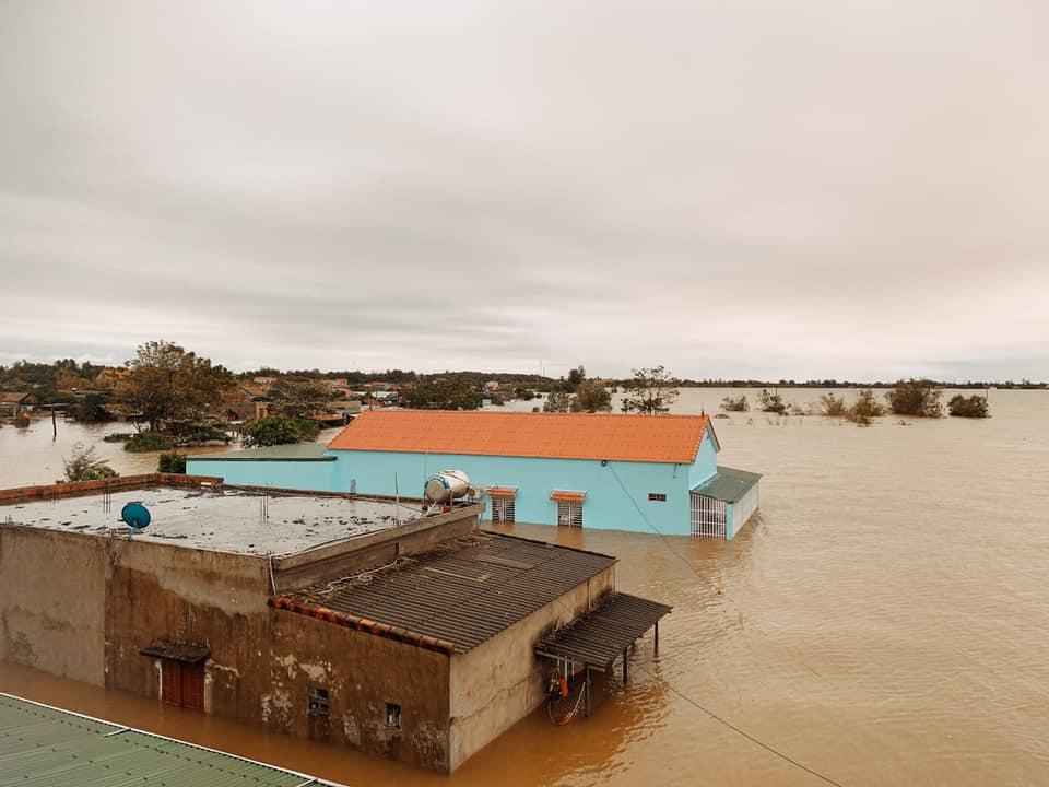 Quảng Bình chìm trong biển nước sau đêm mưa lớn, nhiều nơi bị cô lập 5