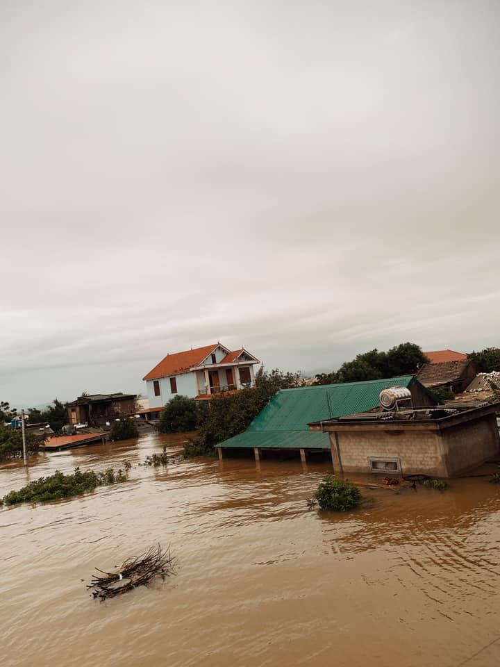 Quảng Bình chìm trong biển nước sau đêm mưa lớn, nhiều nơi bị cô lập 6