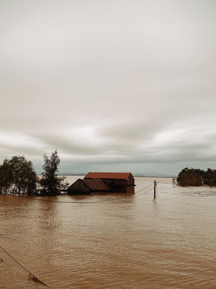 Nhiều nơi chìm trong biển nước, giao thông tê liệt...