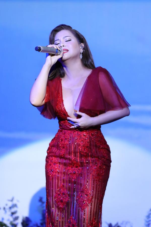 Minh Tuyết hát hơn 20 ca khúc trong minishow mừng sinh nhật 1