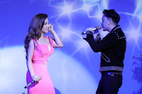 Minh Tuyết hát hơn 20 ca khúc trong minishow mừng sinh nhật 5