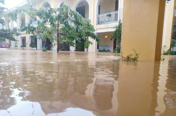 Trường mầm non Kiến Giang, huyện Lệ Thủy ngập trong nước lũ.
