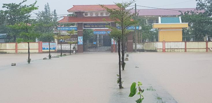 Trường tiểu học Quảng Thanh, huyện Quảng Trạch ngập nước vào chiều 18-10.