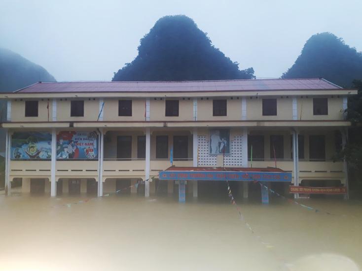 Trường tiểu học Tân Hóa, huyện Minh Hóa ngập sâu trong nước lũ.