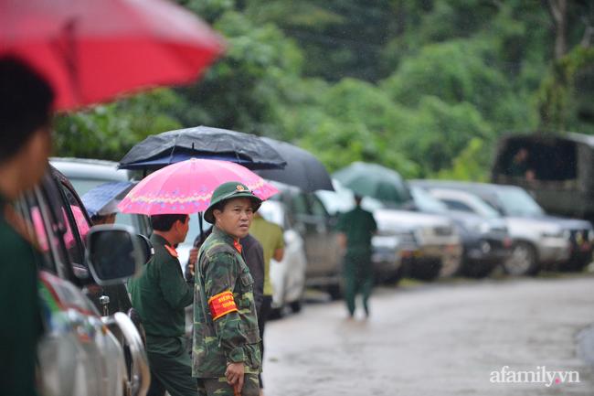 Dưới cơn mưa phùn, các chiến sĩ đưa ánh mắt ngóng theo những chiếc sẽ chở theo thi thể đồng đội mình, lòng nặng trĩu.