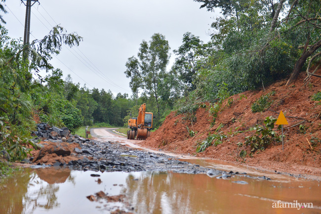 Đường tới TP Đông Hà có nhiều đoạn sạt lở do mưa lũ khiến việc di chuyển vô cùng khó khăn
