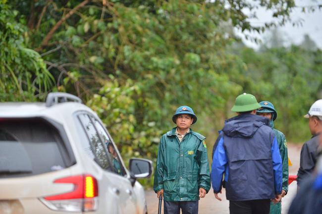 Các lực lượng chức năng túc trực làm nhiệm vụ trên đường hướng về TP Đông Hà