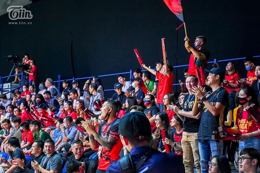 Khán giả gần như full sân trong trận Thang Long Warriors - Saigon Heat