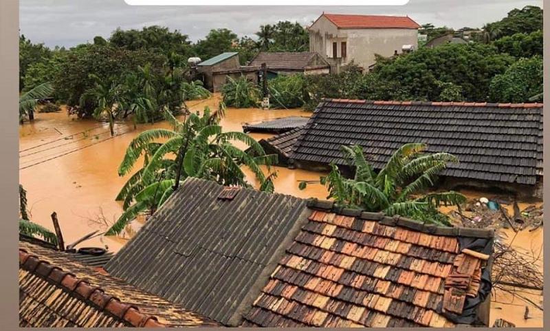 Mưa lũ dâng cao khiến cả làng xã chìm trong biển nước.