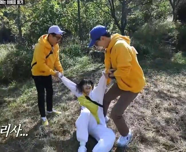 Yoo Jae Suk phải nhờ đến sự trợ giúp của Seok Jin mới hạ gục được Lisa ở phần xé bảng tên.
