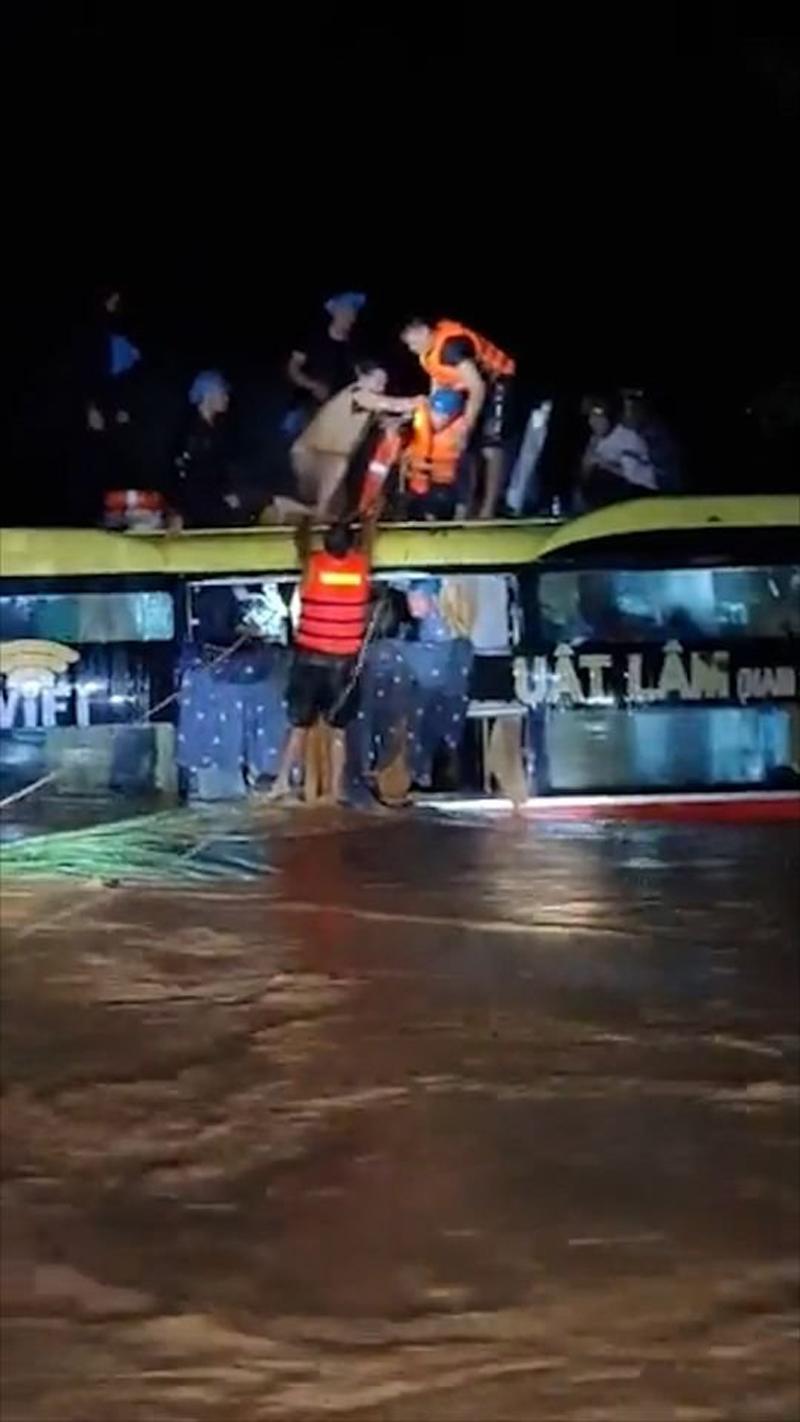 Khoảnh khắc xúc động: Chiến sĩ ủ ấm cho bé trai vừa được giải cứu khỏi xe khách bị cuốn trôi tại Quảng Bình 0