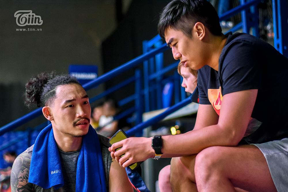 Cầu thủ đến theo dõi trận đấu tối nay cùng một số học trò, anh cho biết mình cổ vũ cho Sang Đinh, Tiến Công, Mike Bell… 'Mình đi để cổ vũ và xem cho vui thôi' – Stefan chia sẻ.