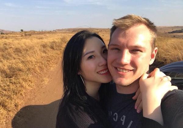 Cô có mối tình lâu năm với bạn trai người ngoại quốc.