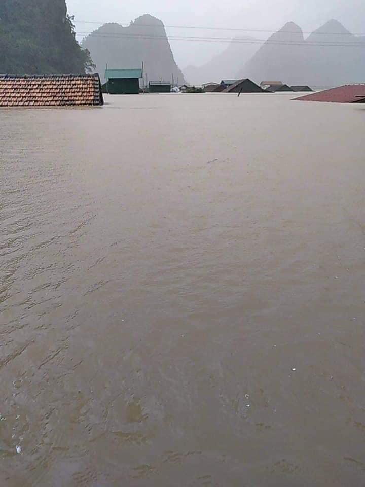 Mưa lớn liên tục những ngày qua khiến các tỉnh miền Trung nhiều nơi chìm ngập trong nước. Thiệt hại về người và vật chất đã khá nặng nề.