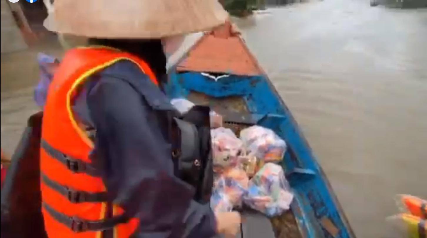 Nhu yếu phẩm được đoàn của Thủy Tiên gói thành từng gói để gửi đến người dân