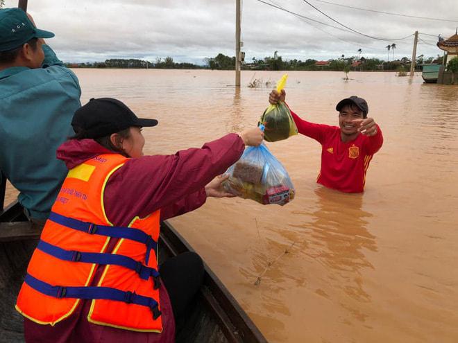 Đoàn thiện nguyện hỗ trợ người dân miền Trung những ngày mưa lũ.
