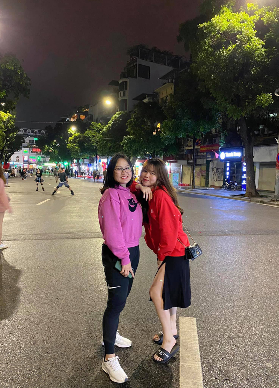Huỳnh Anh chụp ảnh kỉ niệm cùng mẹ nhân dịp mẹ ra Hà Nội.