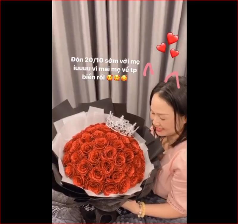 Hot girl tặng mẹ bó hoa hồng tươi thắm nhân ngày 20.10.