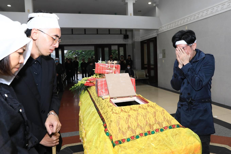 Quang Hà ôm mặt khóc nức nở trong lễ tang đưa tiễn anh trai 0