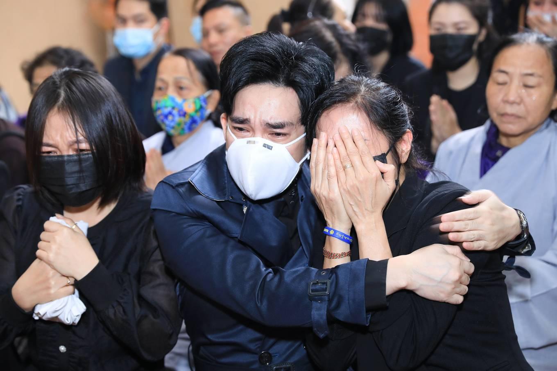 Trong lễ tang, Quang Hà thất thần, xuống tinh thần thấy rõ. Nhiều lúc không kìm được cảm xúc, đôi mắt anh ửng đỏ, nước mắt cứ trực trào ra ngoài.