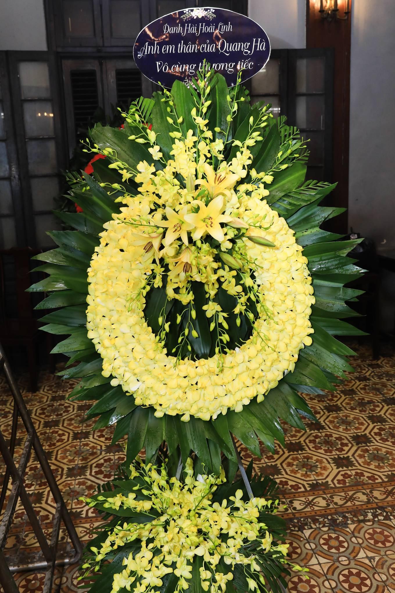 Vì đang ở xa không thể đến chia buồn cùng Quang Hà, Hoài Linh đã gửi tặng lẵng hoa thành kính phân ưu.