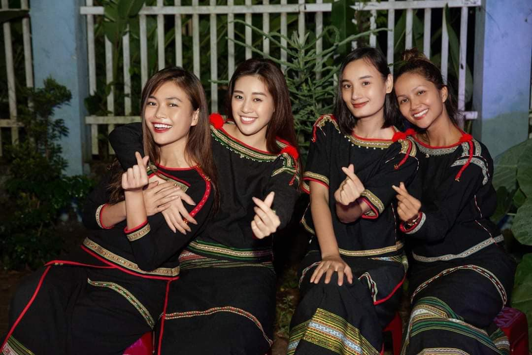 Hình ảnh xinh đẹp của bộ tứ chị em thân thiết gồm H'Hen Niê, Mâu Thủy, Khánh Vân, Lê Thúy