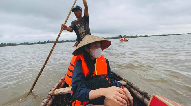 Thủy Tiên đi cứu trợ miền Trung lũ lụt.