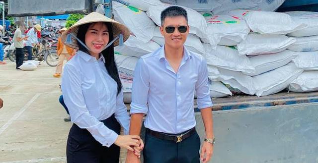 Vợ chồng Công Vinh trong 1 chuyến từ thiện.