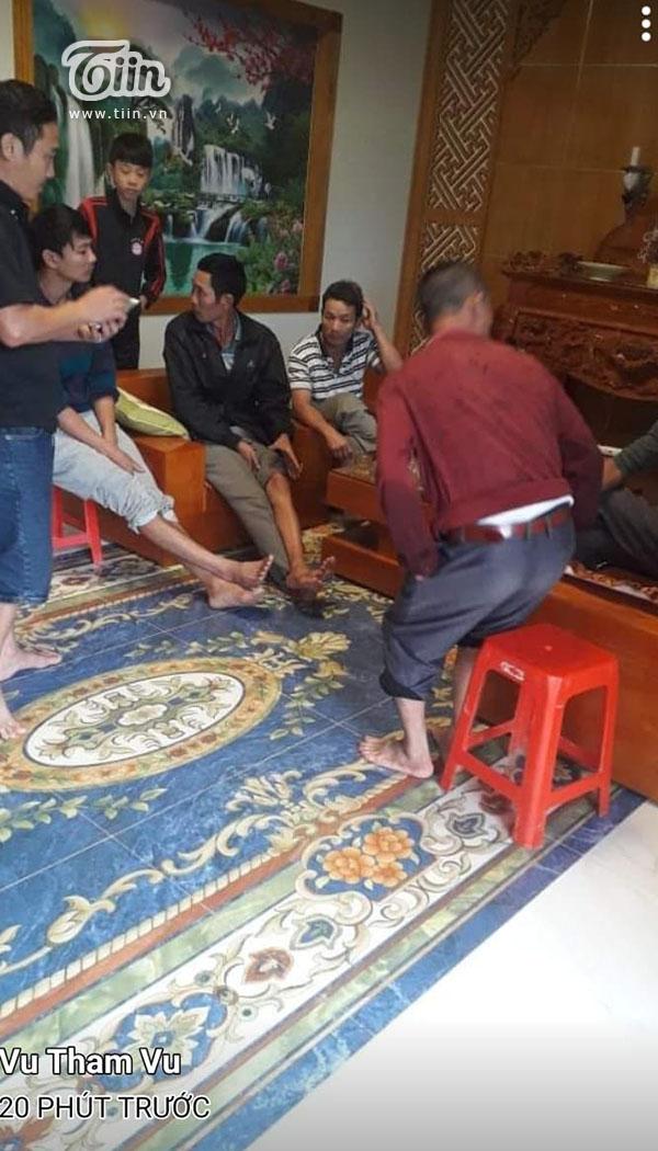 Mọi người họp bàn phương án để quyên góp ủng hộ miền Trung.