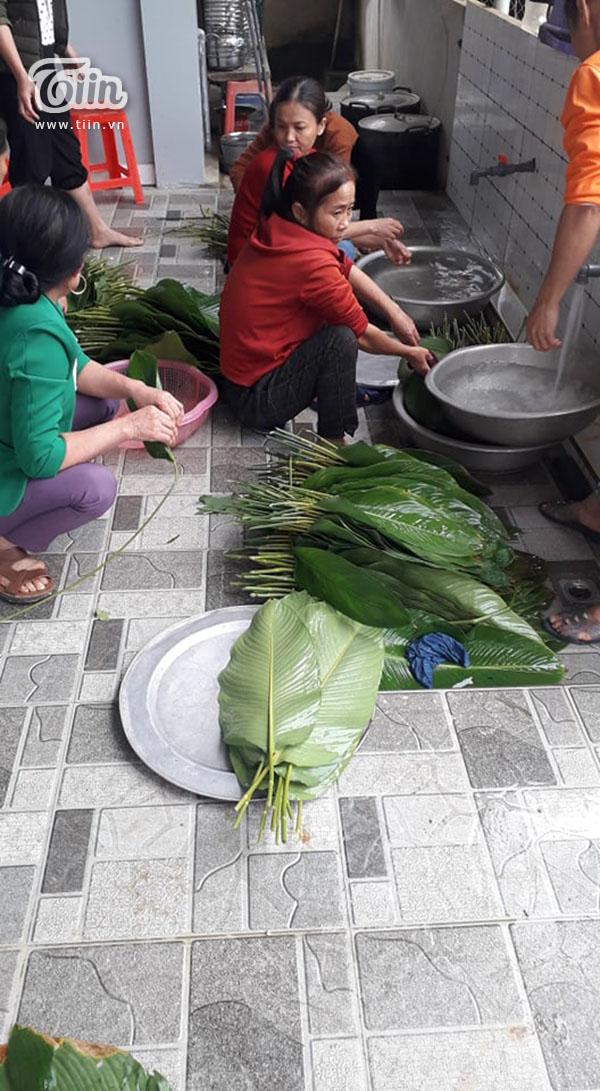 Hộ nghèo ở Nghệ An góp lá dong làm bánh chưng gửi dân vùng lũ 3