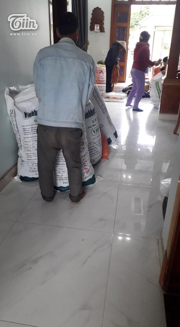 Hộ nghèo ở Nghệ An góp lá dong làm bánh chưng gửi dân vùng lũ 4
