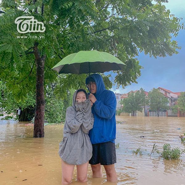 Chàng trai lội bão lội nước đến thăm người yêu.