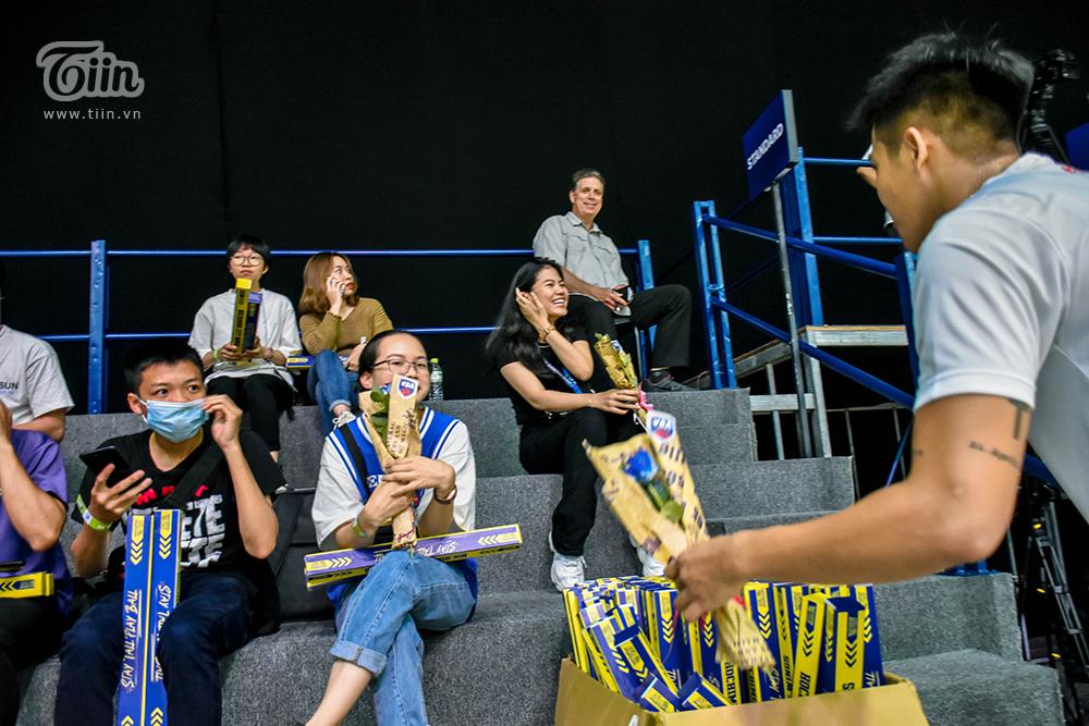BTC giải bóng rổ chuyên nghiệp Việt Nam tặng hoa cho tất cả khách mời nữ vào sân 1