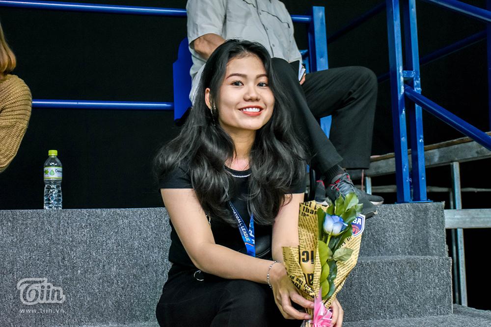 BTC giải bóng rổ chuyên nghiệp Việt Nam tặng hoa cho tất cả khách mời nữ vào sân 2